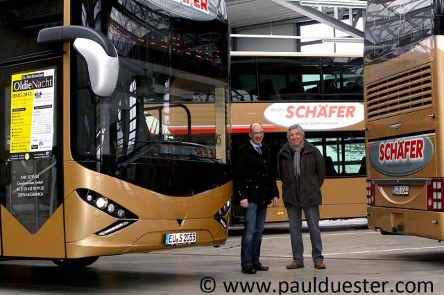 Einen Bus-Shuttle zur Oldienacht am Samstag, 9. März, haben Schäfer-Reisen Geschäftsführer Guido Bauer (links) und Hilfsgruppen-Vorsitzender Willi Greuel organsiert.