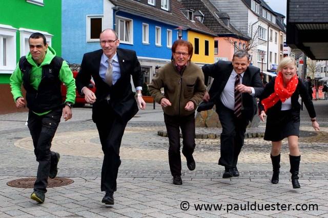 Stehen in den Startlöchern zum 1. Gemünder Citylauf: Helmut Peters (Organiator), Wolfgang Merten (VR-Bank), Karl-Heinz Spohr, Hemut Klaßen (ene) und Kerstin Zimmermann (ene).