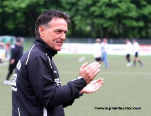 Trainer Achim Züll applautierte seiner Mannschaft zum 4:2-Sieg.