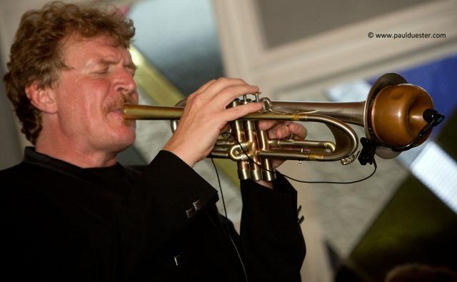 Der Münstereifeler Musikprofessor Hans-Peter Salentin und seine Freunde spielen in der evangelischen Kirche Weihnachtslieder im Original.