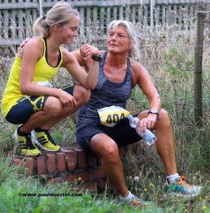 Eifelcup-Siegerin Nora Schmitz (l.) zeigt ihrer Mutter Astrid stolz ihre Siegerzeit.