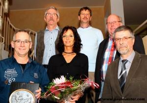 DFB-Ehrenamtspreisträger Ralf Nellessen (l.) mit Ehefrau Ingrid wurde bei der Feierstunde vom Vorstand des Fußballkreises Euskirchen durch den Vorsitzenden Hubert Jung (h. l.) für seine Auszeichnung gratuliert.