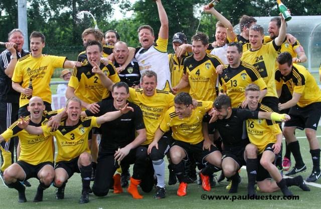 Das Team des SC Germania Erftstadt-Lechenich feierte ausgelassen den Klassenerhalt in der Mittelrheinliga.