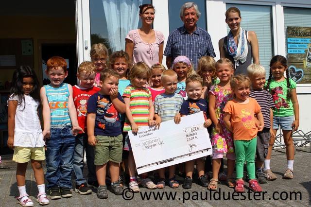 Strahlende Kinder übergaben Willi Greuel, eingerahmt von Kita-Leiterin Julia Jakobs (l.) und Kollegin Sonja Kirchner, den Scheck für die Hilfsgruppe.