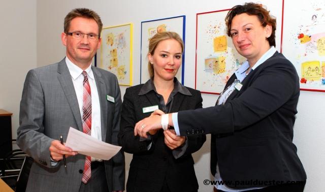 Sicherheitscheckliste und Patientenarmband stellten Geschäftsführer Hermann Gemke, Sarah Lückenbach und Isabell Fischer-Laubis bei der Pressekonferenz im Mechernicher Krankenhaus vor.