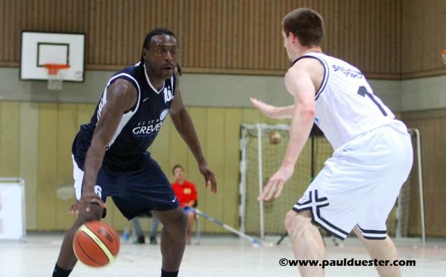 Nach langer Verletzungspause könnte Lotola Otshumbe (am Ball) beim Basarspiel der DJK ErftBaskets am Samstag wieder auflaufen.